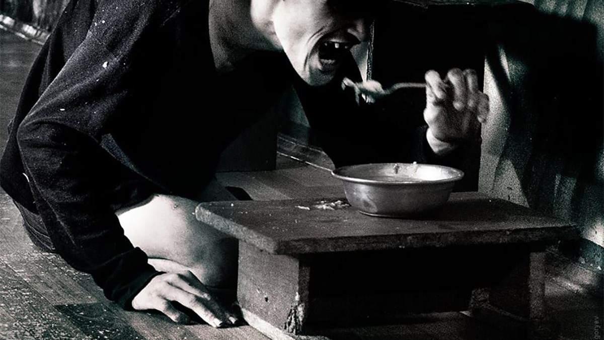 Пацієнти Стародобровільського інтернату їдять прямо з підлоги