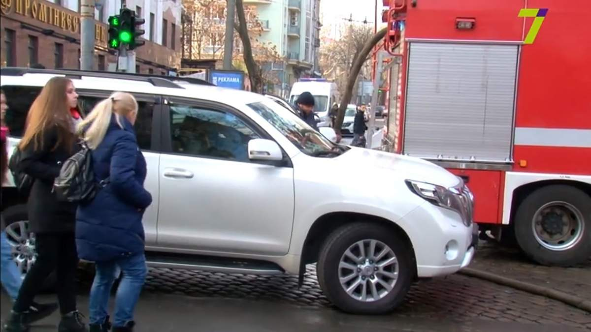 """Автомобиль """"Юзика"""" заблокировал движение пожарным в Одессе: видео"""