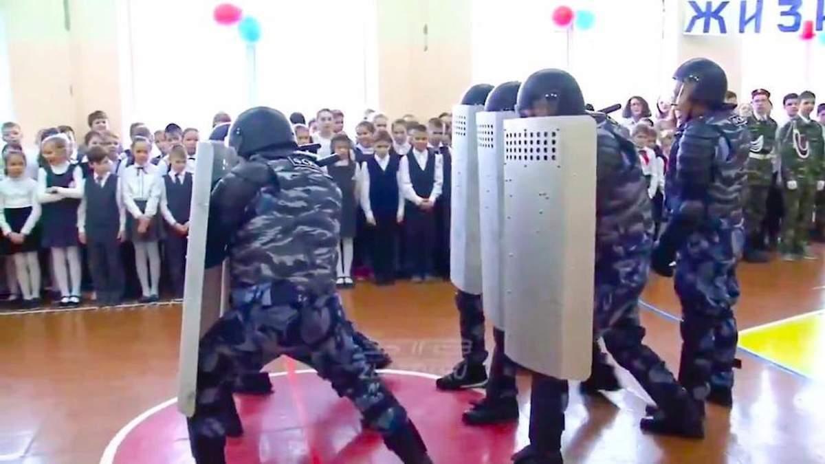Спецпризначенці демонструють дітям, як бити мітингувальників
