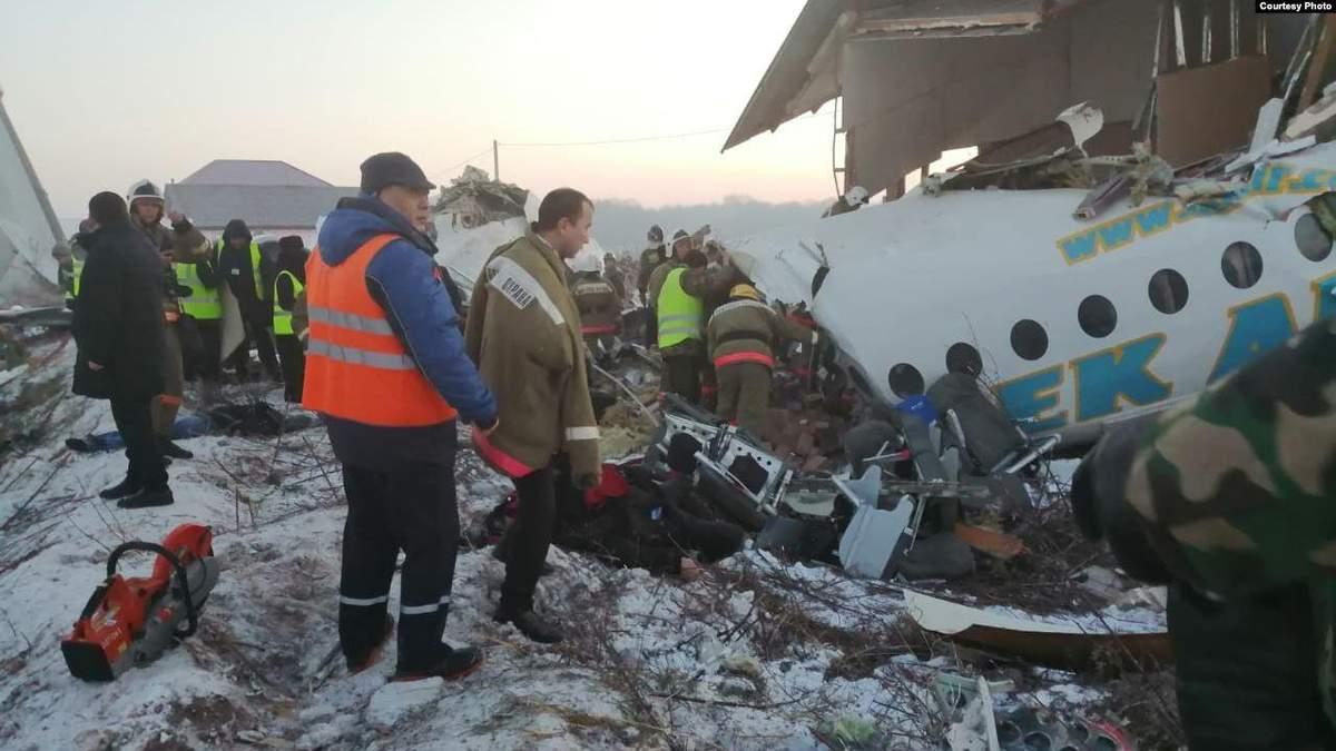 Паніка, крики, плач дітей, – розповідь пасажирів, які вижили у авіакатастрофі в Казахстані