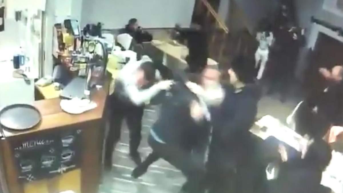 Схватка в кафе в Мукачево: молодые люди начали бить всех без разбора