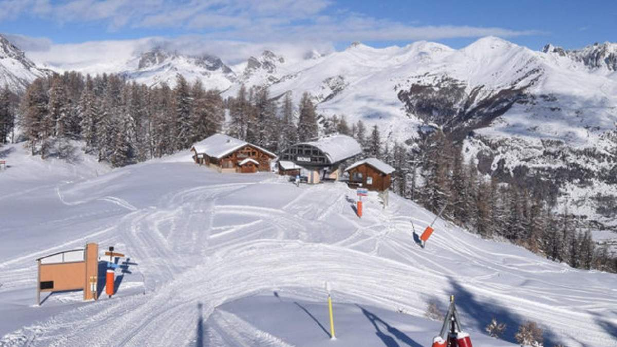 У Франції майже сто лижників застрягли на гірськолижному підйомнику: фото і відео