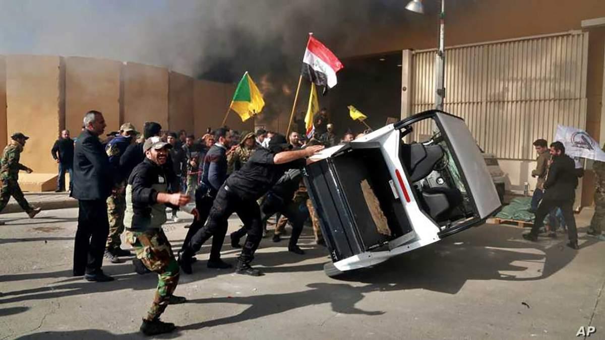 Посольство США в Ираке атаковали разъяренные демонстранты: Трамп уже отреагировал – видео