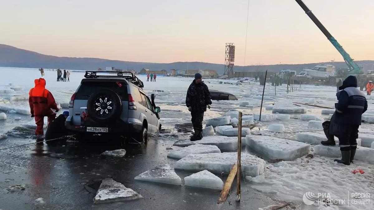 В России под лед провалились около 30 машин рыбаков