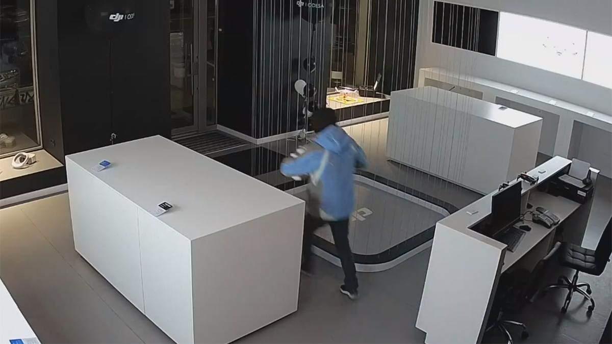 """В Одесі чоловік безперешкодно зайшов до """"зачиненого"""" магазину та викрав кілька коробок із дронами"""