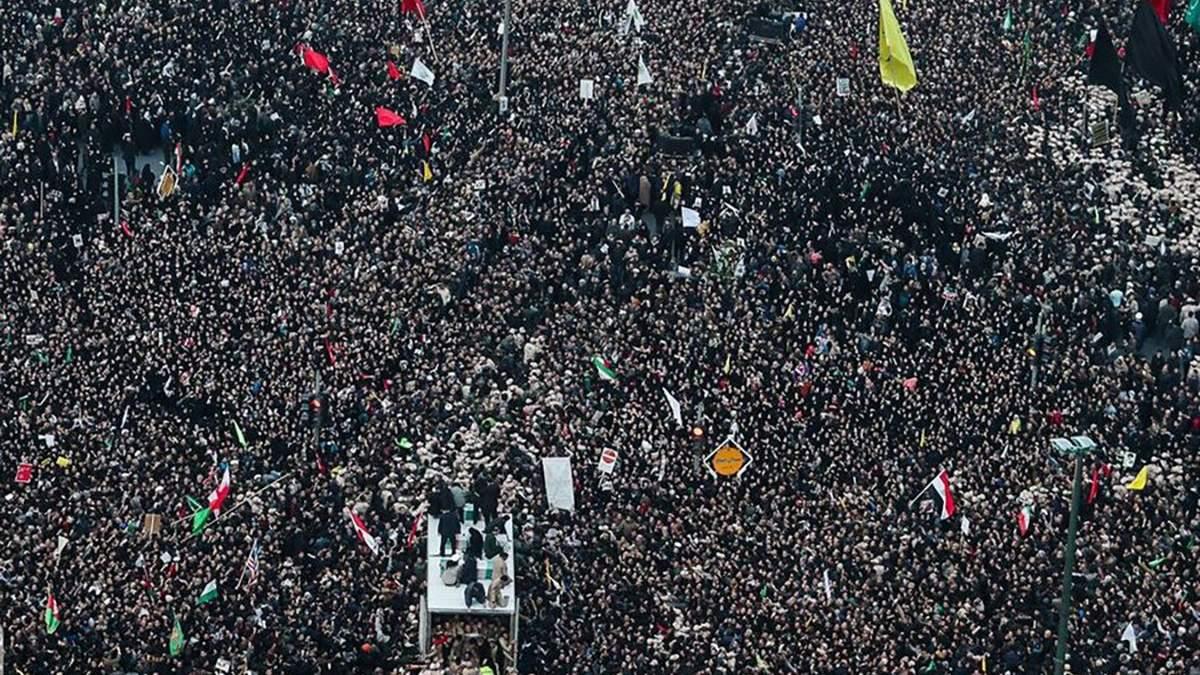 Похороны Сулеймани: более миллиона иранцев вышли на улицы Тегерана – видео