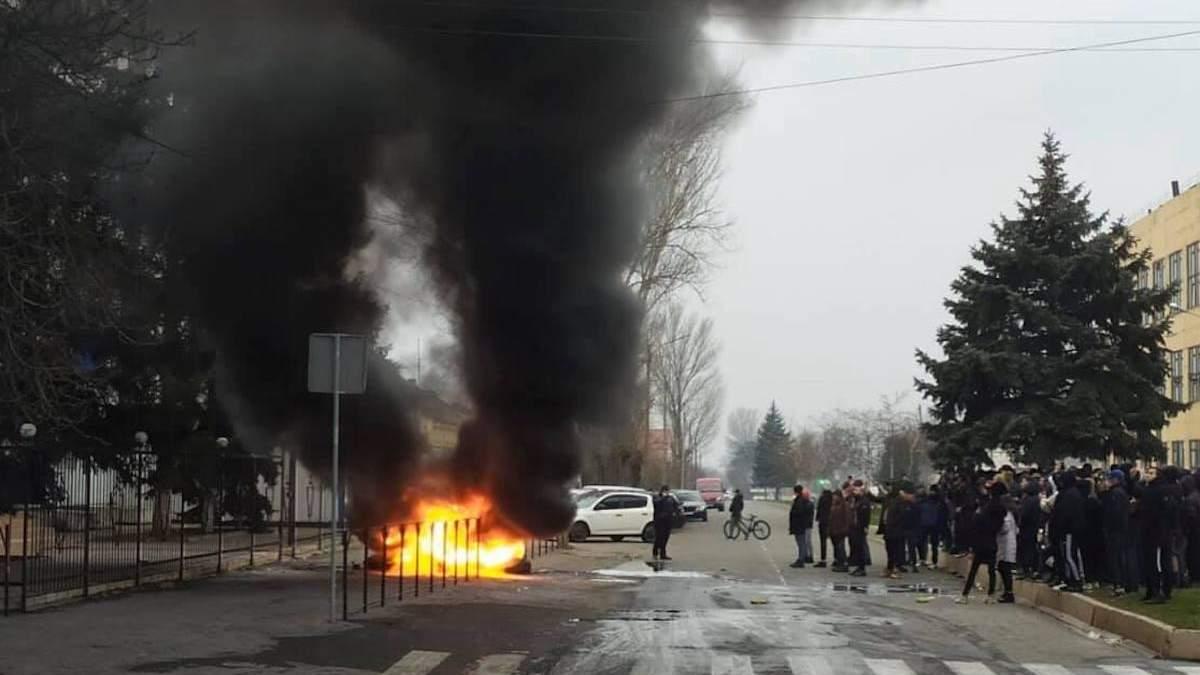 Полиция после протестов в Каховке встретилась с родственниками пострадавшего