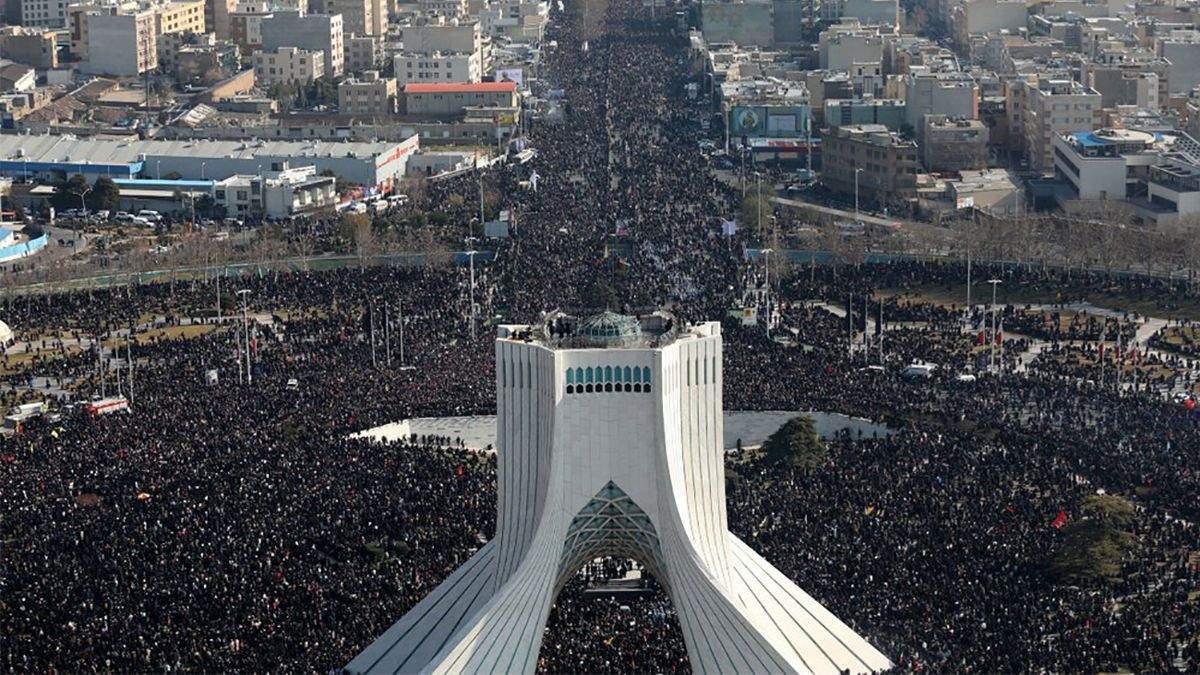 В Иране похоронили генерала Сулеймани: в страшной давке погибли 56 человек