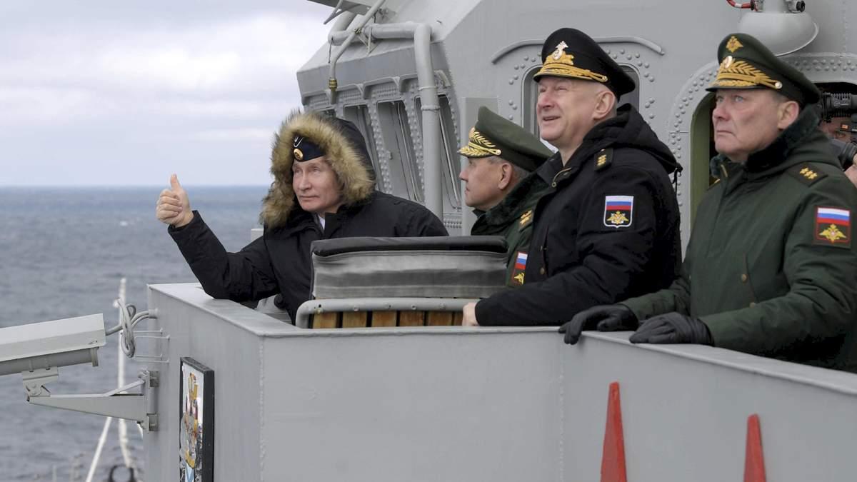 Володимир Путін на російських військових навчаннях біля Криму