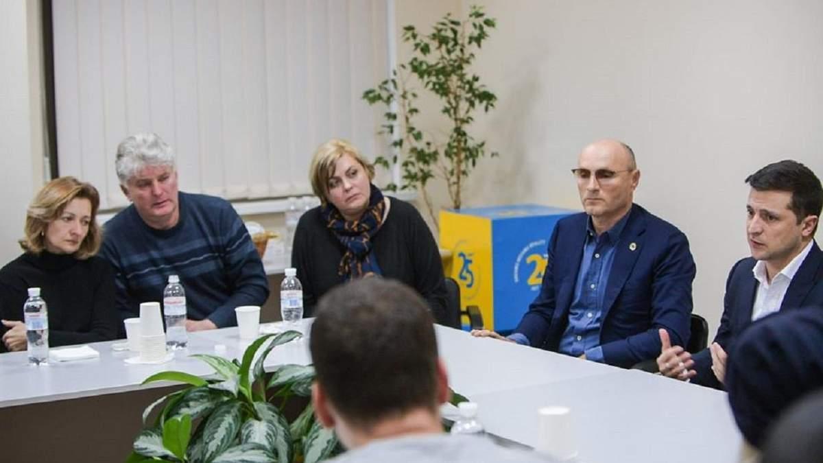 Зеленский и родственники погибших в авиакатастрофе украинцев