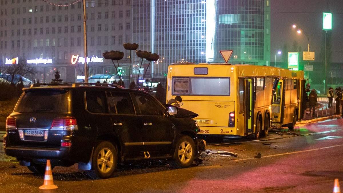 В Киеве Lexus влетел в маршрутку, среди пострадавших – ребенок: фото и видео ДТП