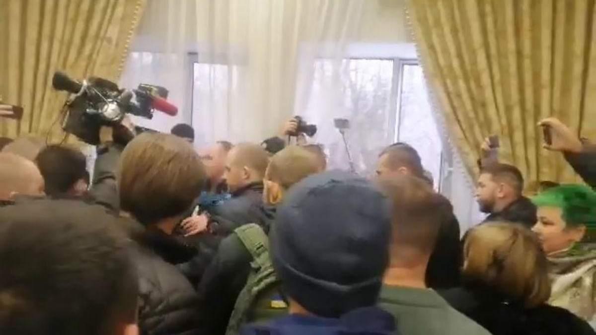 На заседании по делу Антоненко произошли столкновения со сторонниками Шария: видео
