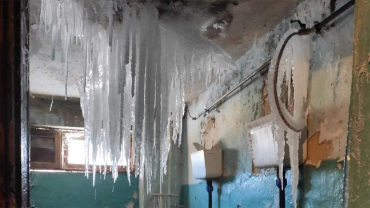 В России общежитие превратился в ледяную пещеру: фото