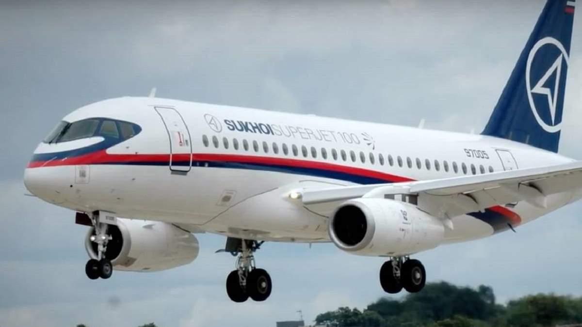 У російського Sukhoi Superjet під час польоту відлетіла обшивка двигуна: фото