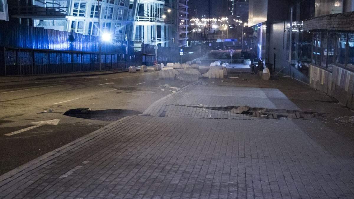 Возле Ocean Plaza в Киеве появился еще один провал в асфальте: фото и видео