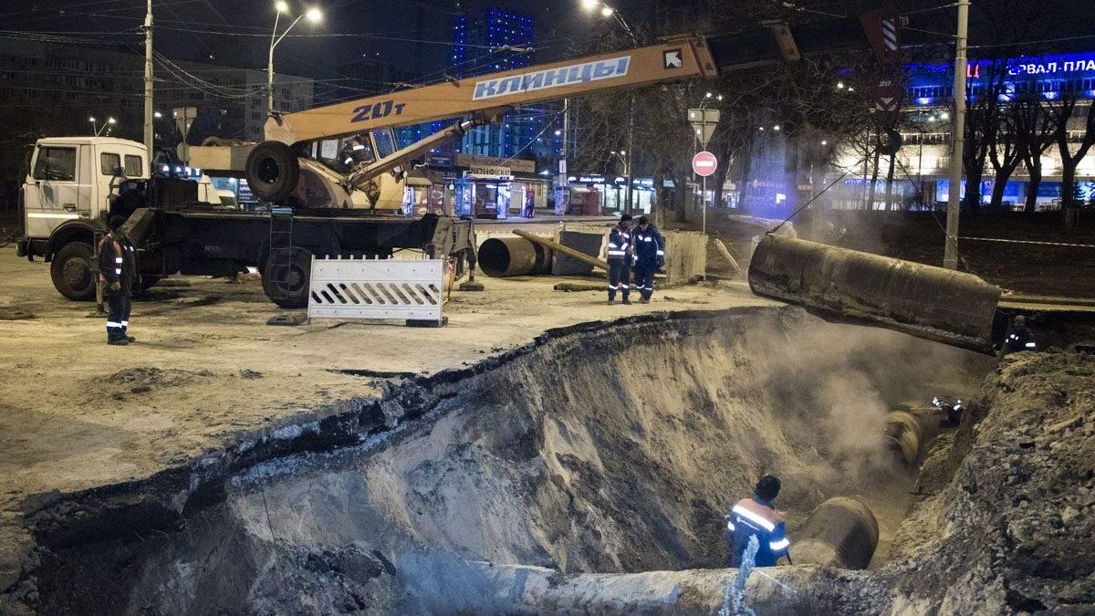 Из-за прорыва трубы возле Ocean Plaza транспорт Киева изменил маршруты