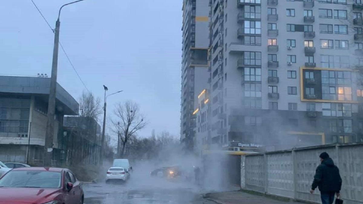 В Киеве снова прорвало трубу с кипятком: залило улицу на Шулявке – фото
