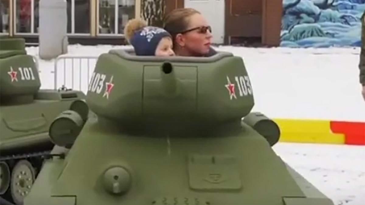 Чергове дно у Росії: діти катаються на іграшкових танках у парку розваг – відео