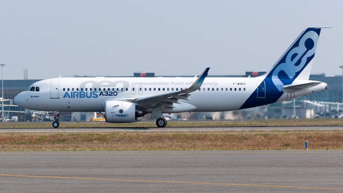 У российского пассажирского самолета загорелся двигатель: видео с борта