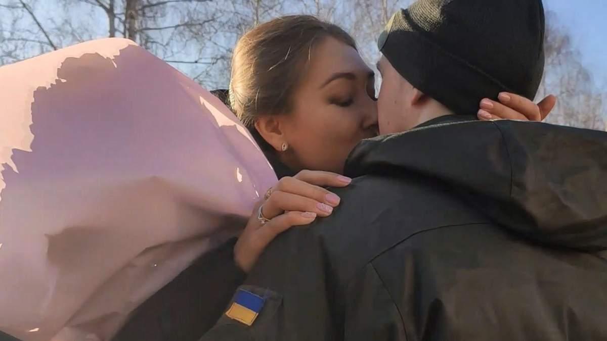 Двоє нацгвардійців освідчилися своїм коханим під час присяги: миле відео