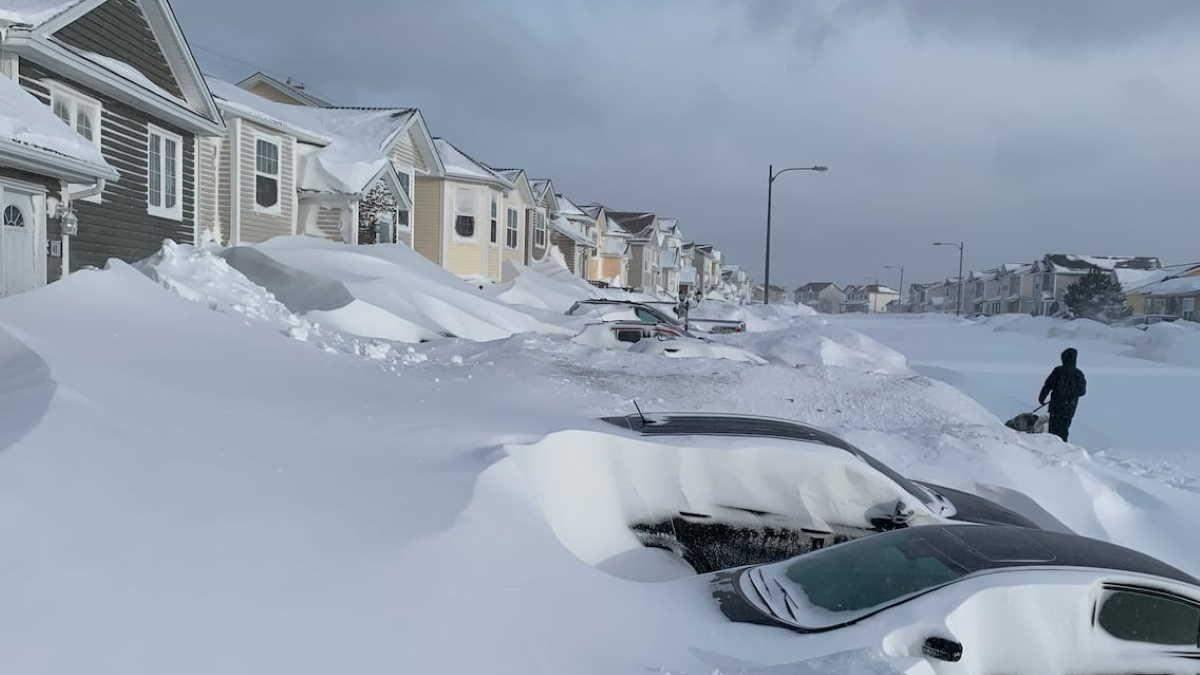 Снігопад у Канаді побив 20-річний рекорд: люди пересуваються на лижах