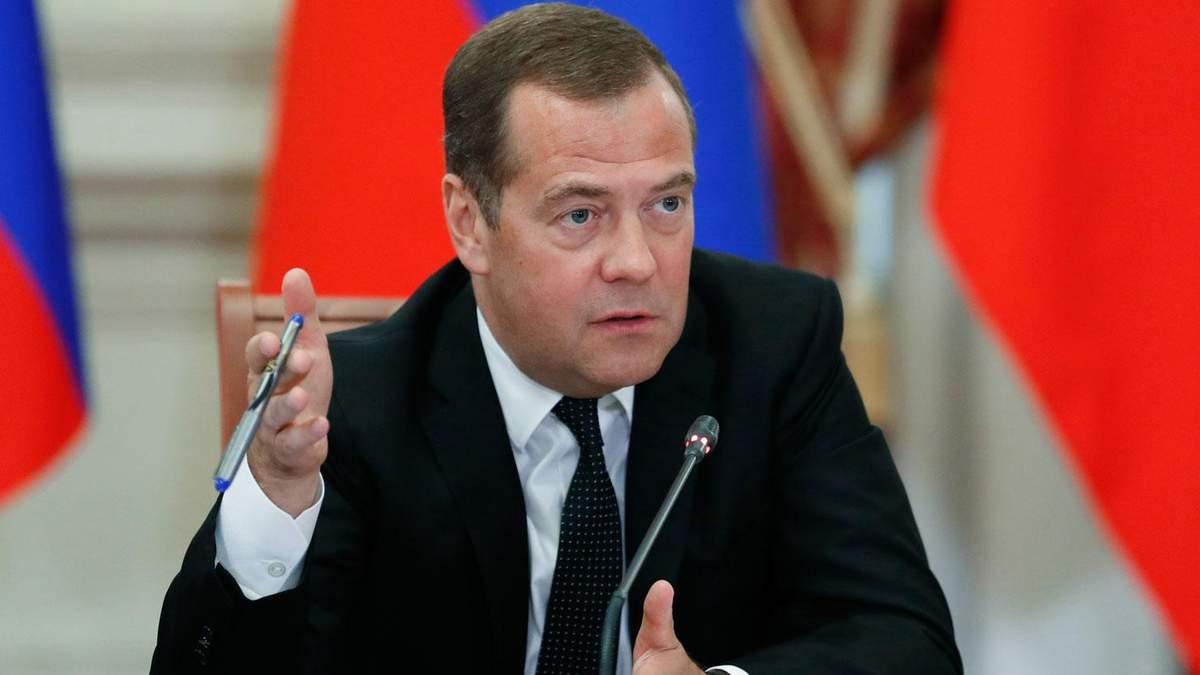 Медведєв назвав причину відставки уряду Росії