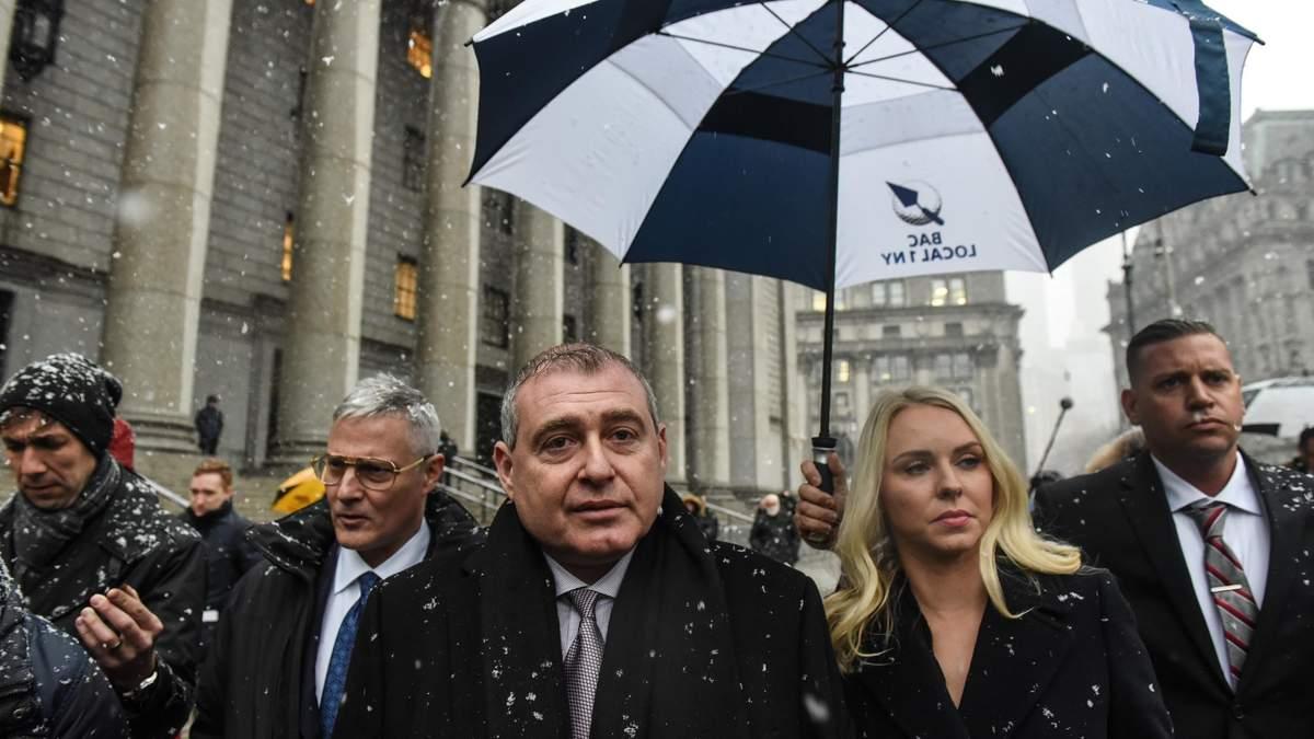 Лев Парнас з дружиною біля Нью-Йоркського суду