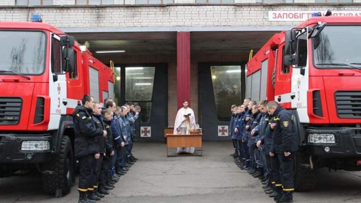 Черкаські рятувальники змивали гріхи в пожежній автоцистерні