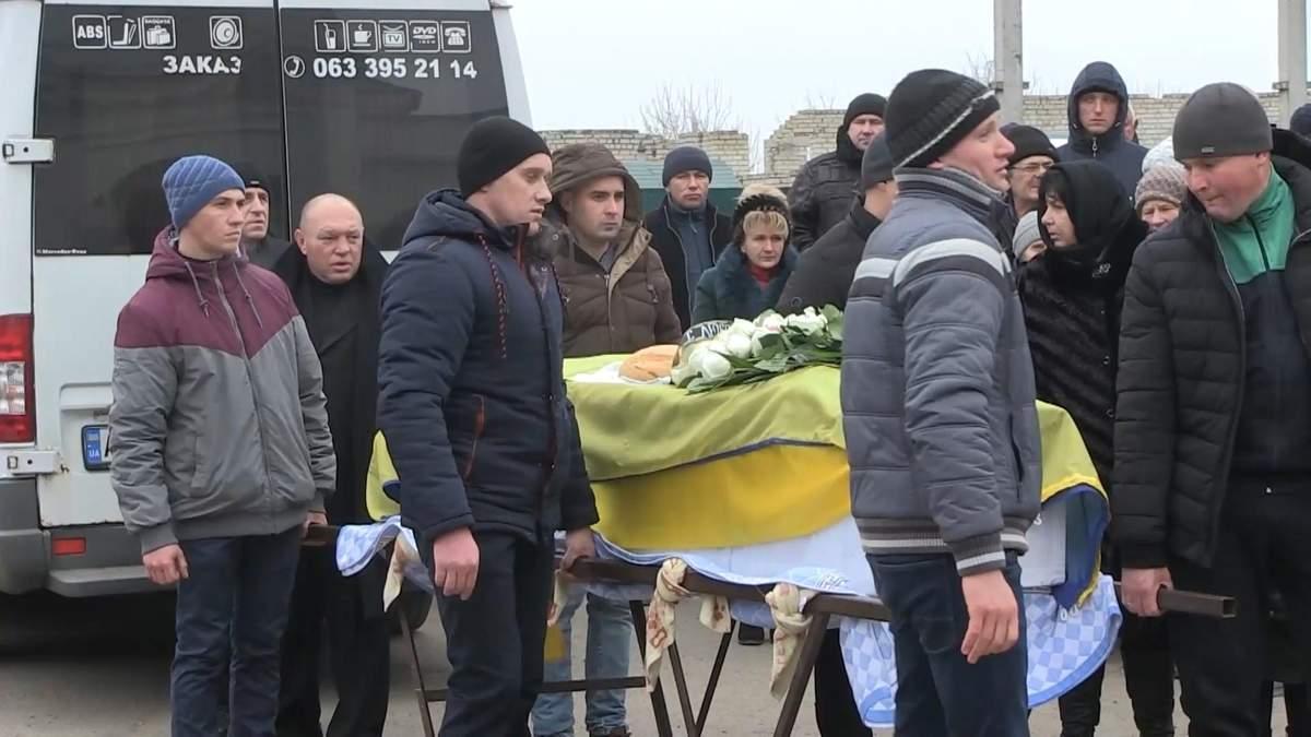 Білосніжна сукня, яку поклала мама: родичі прощаються із загиблими українцями в Ірані