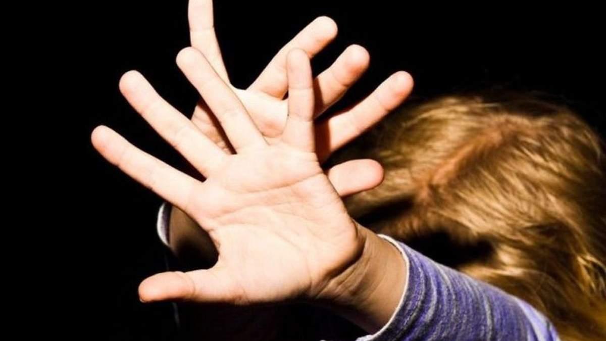 Біля школи у Нікополі невідомий напав на дівчинку: відео