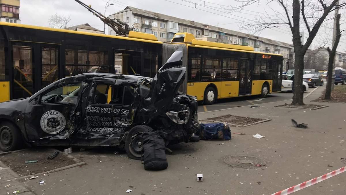 ДТП в Киеве сегодня на Перова: тролейбус и машина охраны