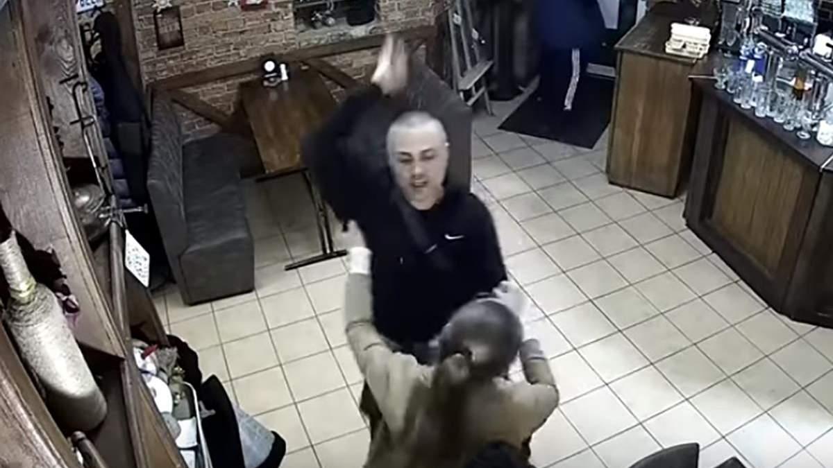 Вероятный охранник Кивы Воробьев угрожал ножом официантке паба в Полтаве