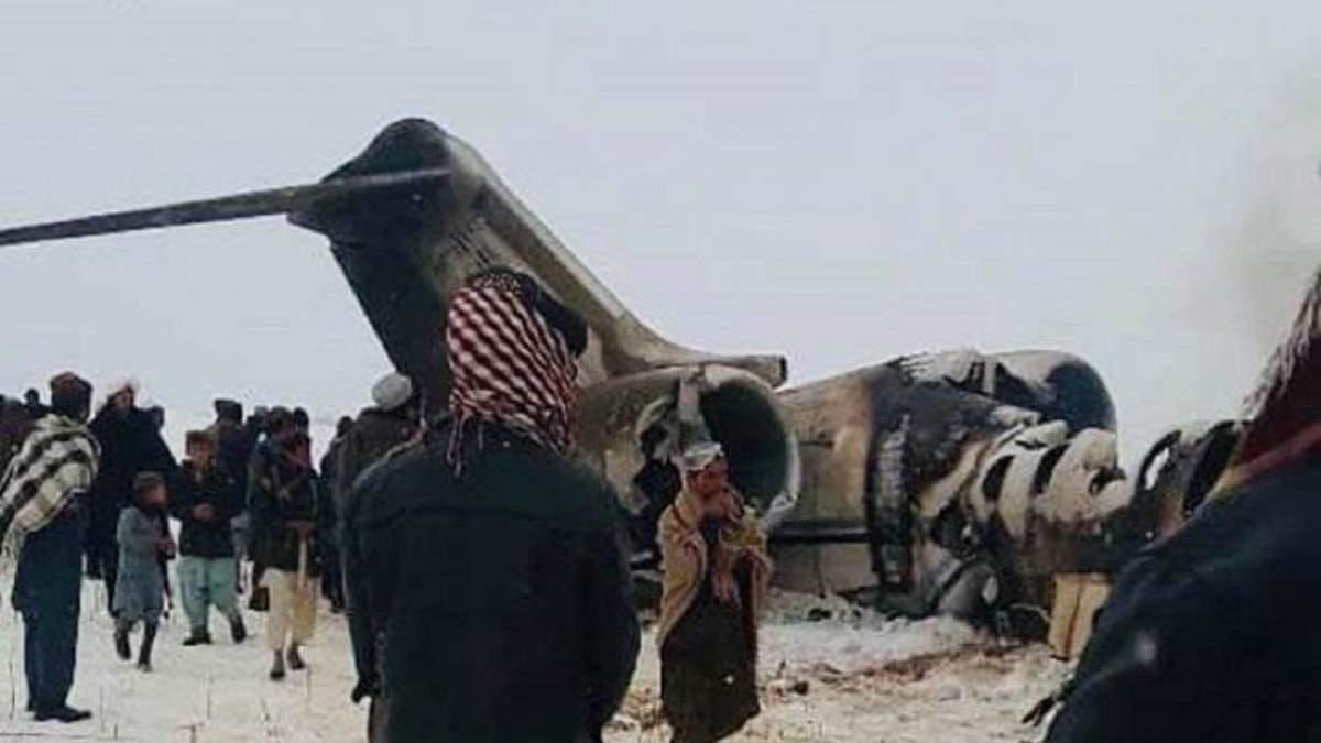 Талибы у самолета, разбившегося в Афганистане