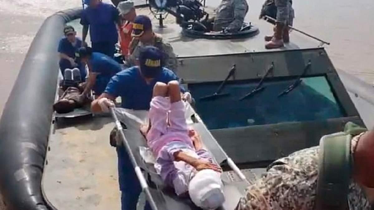 На носилках – спасенная девочка (одна из 3 детей, потерявшихся с мамой в джунглях)