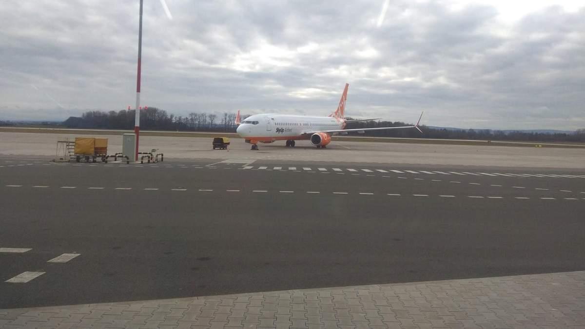 Самолет SkyUp уже более суток не может вылететь из Чехии