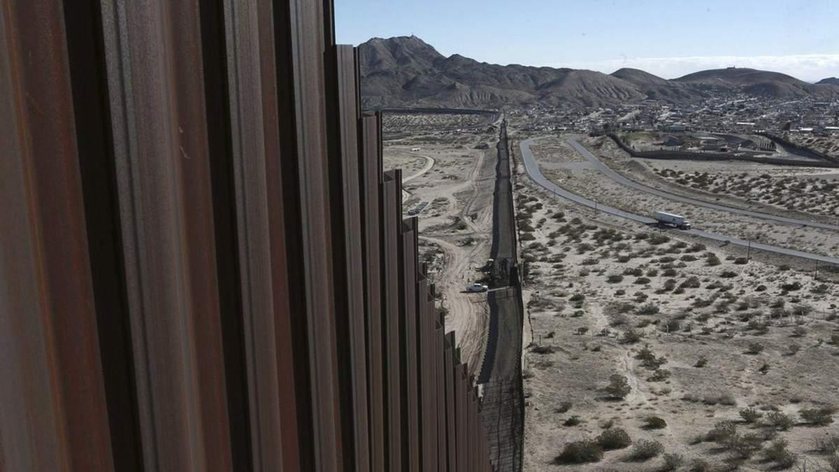 Стіна Трампа – частина стіни впала через вітер: відео
