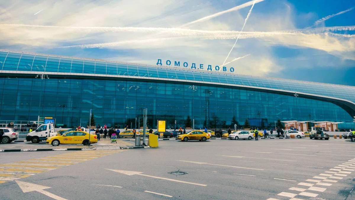 """У московському аеропорту """"Домодєдово"""" екстрено сів літак: пасажирка судна погрожувала його підірвати"""