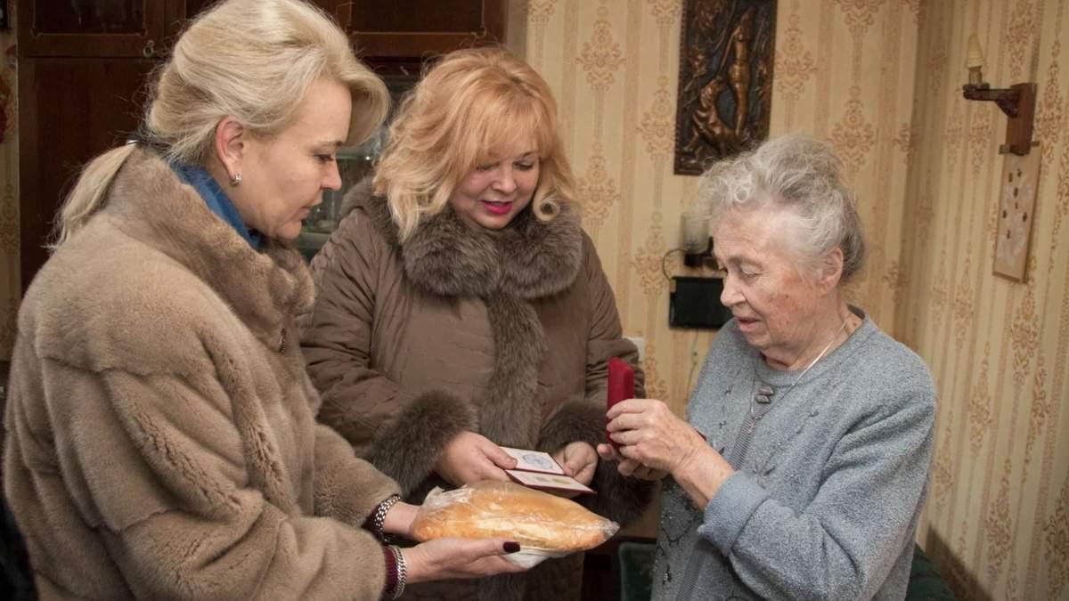У дорогих шубах дарували ветеранам хліб: цинізм окупантів у Криму
