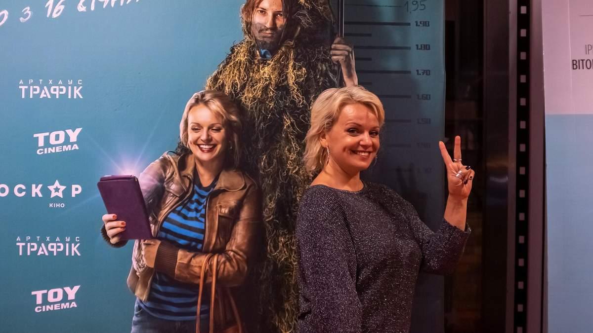 """Ирма Витовская рядом с постером фильма """"Мои мысли тихие"""""""