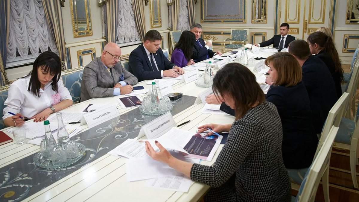 Зеленский поручил разработать программу для молодежи с ОРДЛО: что она будет предусматривать