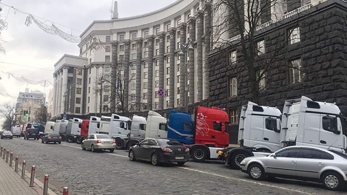На протест под Кабмин пригнали фуры и маршрутки: что требуют перевозчики – фото
