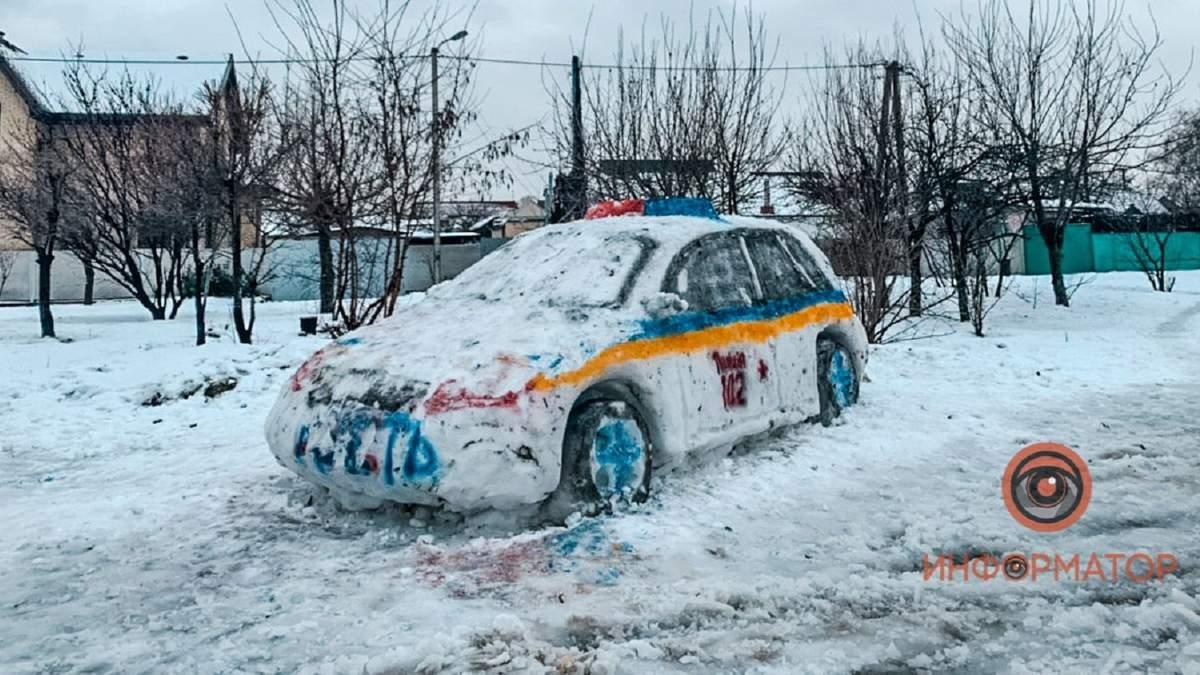 Снігова копія патрульного автомобіля