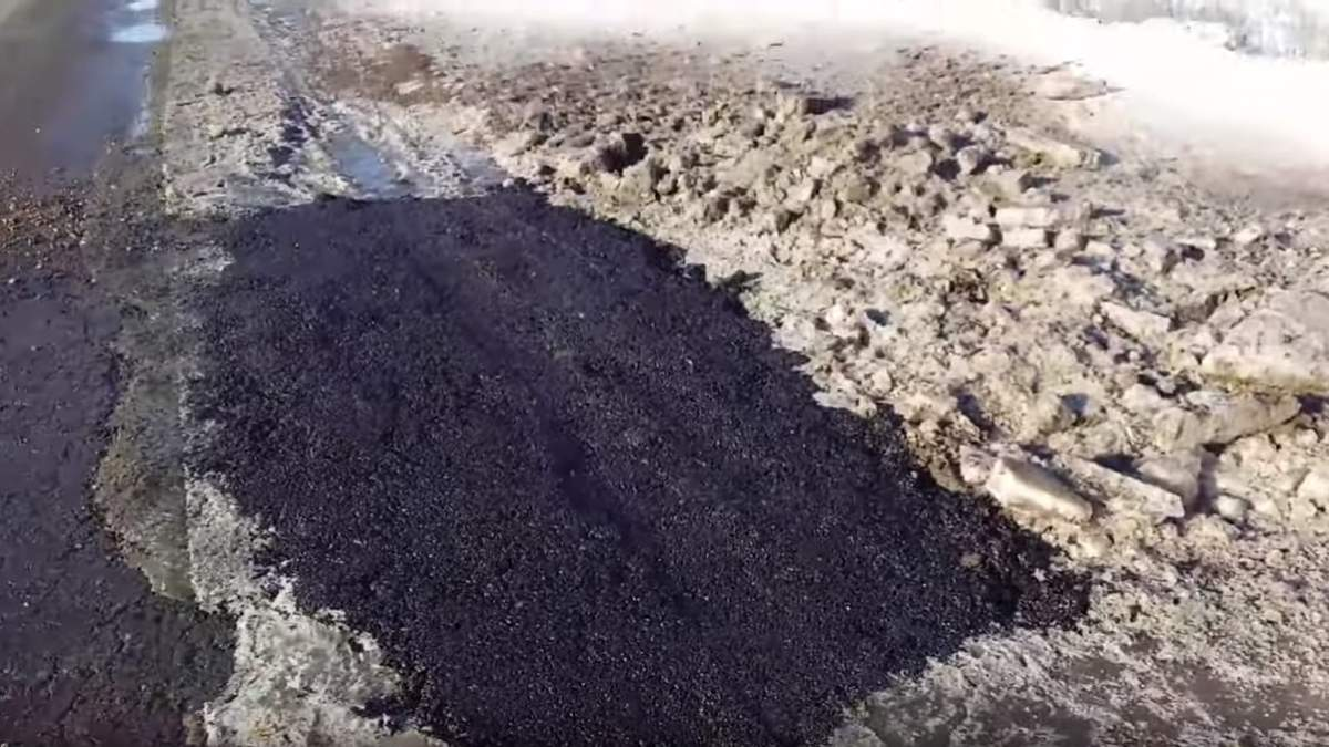 На Херсонщині асфальт закатали у лід