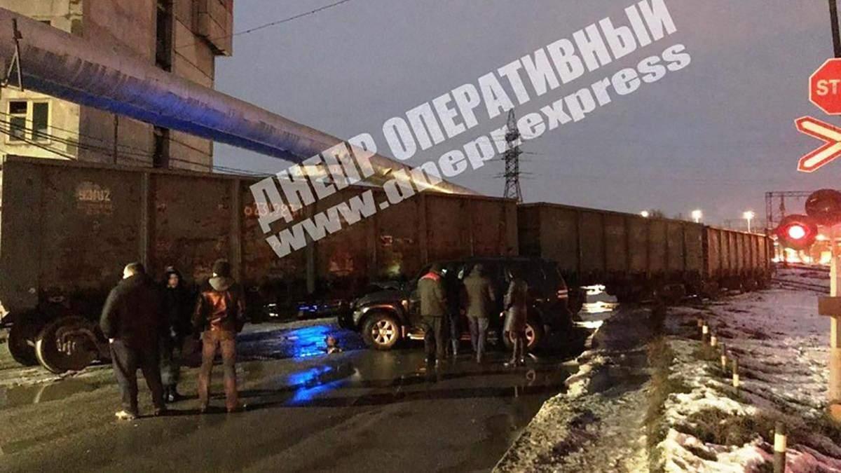 Девушка на внедорожнике протаранила грузовой поезд в Днепре: фото, видео