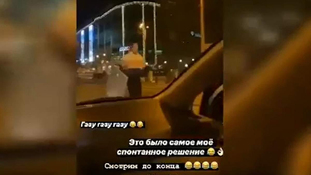 В Одесі дівчина вкрала дорожній знак та похвалилась цим у мережі: тепер її притягнуть до відповідальності