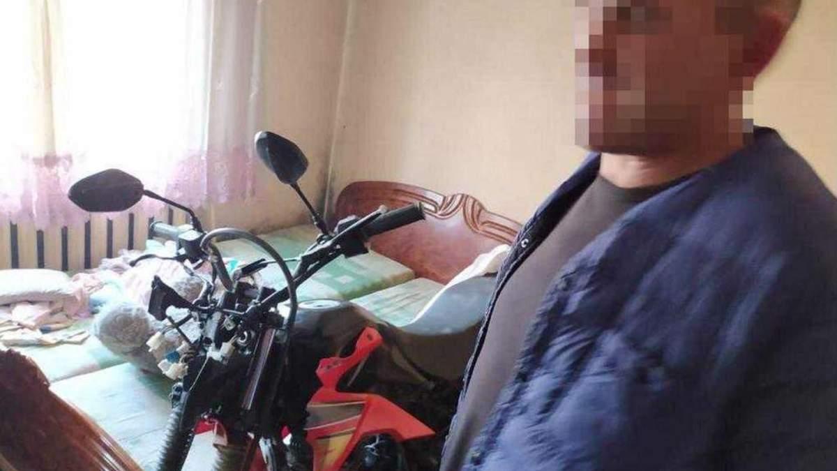 Мужчина украл мотоцикл у полицейских