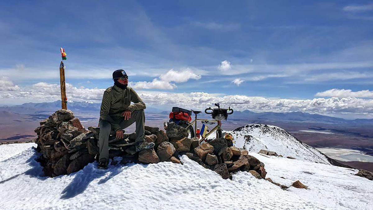 Українець на велосипеді підкорив вулкан висотою понад 6 тисяч метрів: приголомшливі фото й відео
