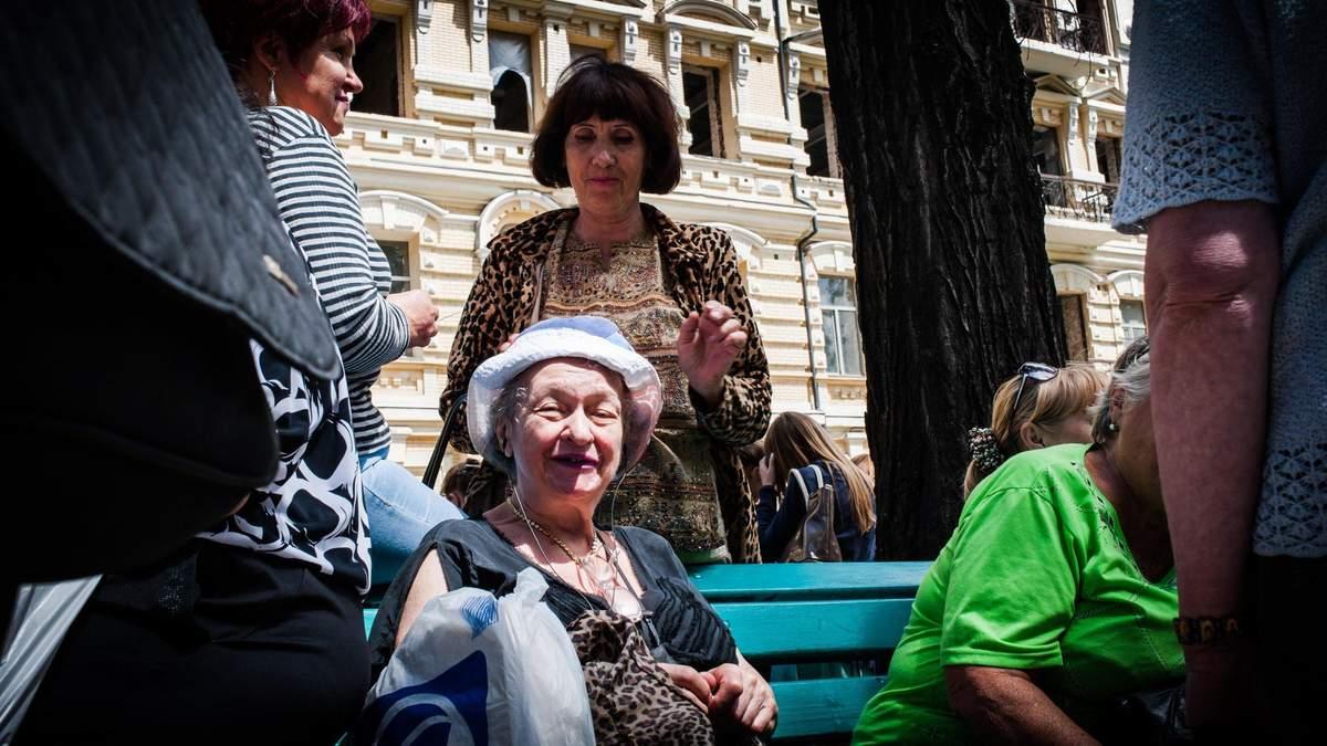 Пенсионеров в Украине начали учить пользоваться смартфонами и соцсетями