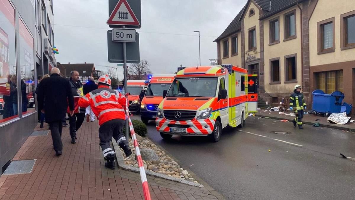 В Германии во время карнавала автомобиль въехал в толпу: количество пострадавших возросло – фото