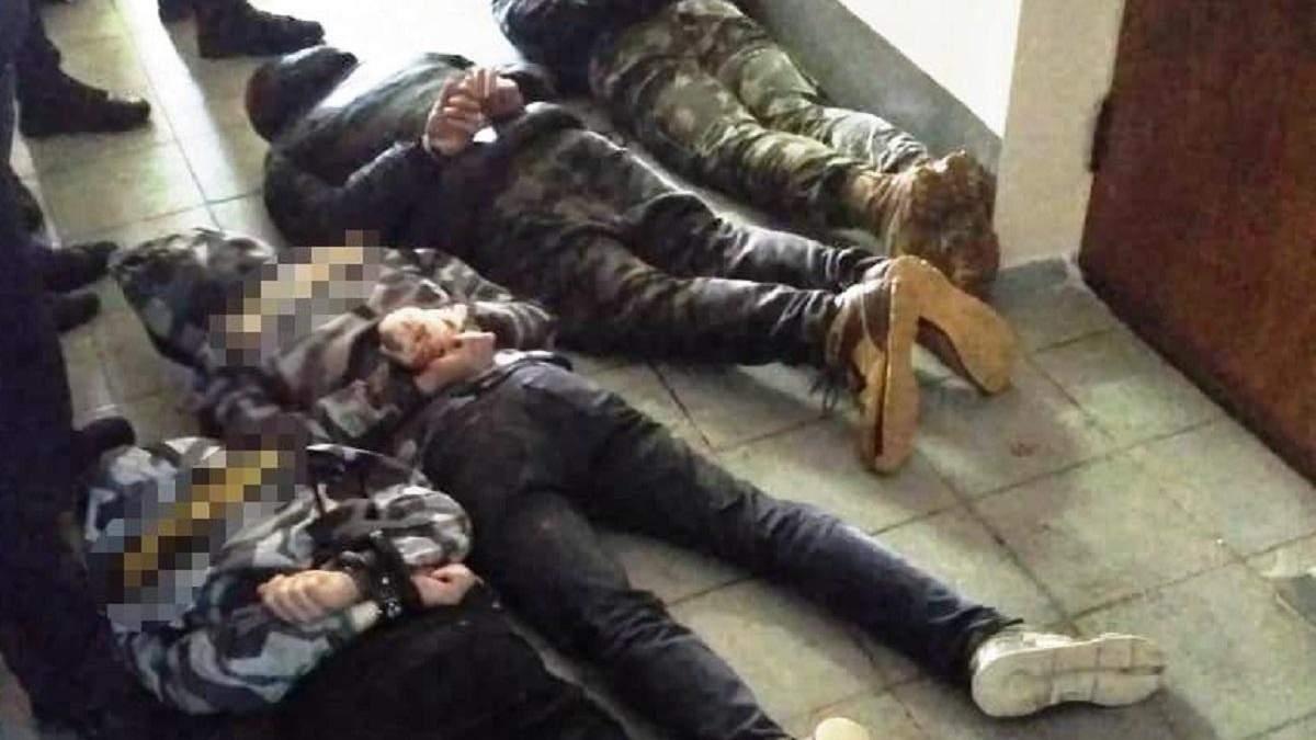 Задержанные молодые люди